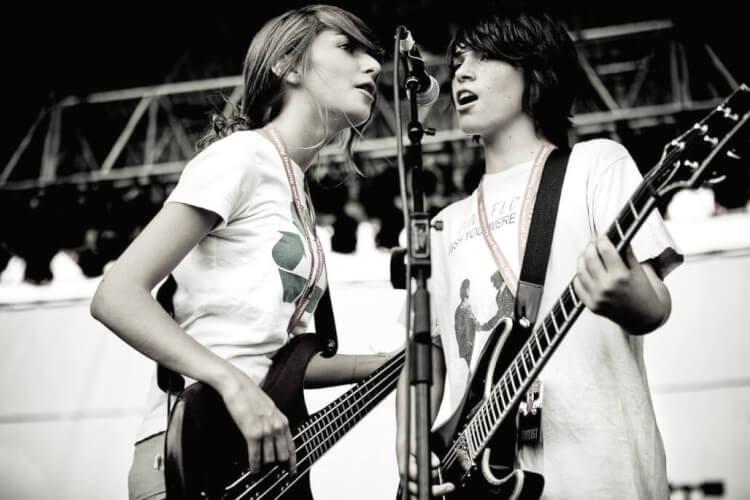 Guitarrista e baixista cantam em show